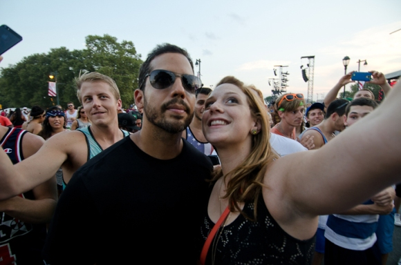 David Blaine did a card trick and posed for so many selfies.